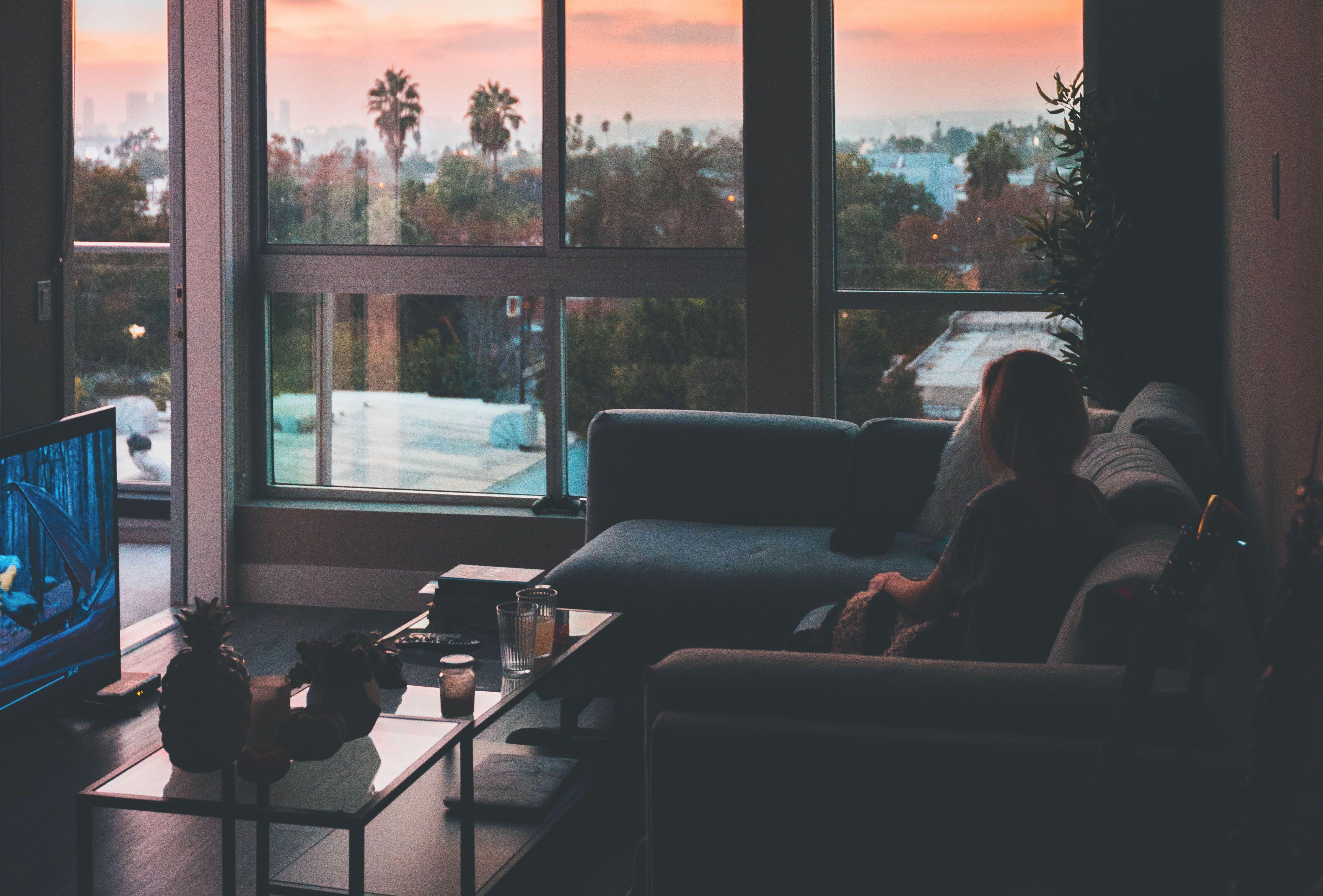 家で一人でゆっくり映画を観るイメージ